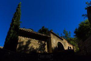Boda en Granada de Marta y Mauricio realizada por Johnny García, fotógrafo de bodas en Granada, un contraluz con la silueta de la pareja en una pared de la Alhambra