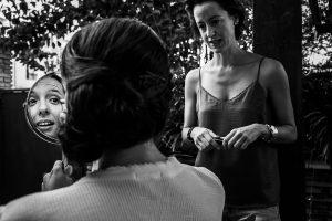 Boda en Granada de Marta y Mauricio realizada por Johnny García, fotógrafo de bodas en Granada, Marta con su hermana