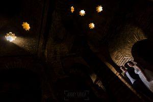 Boda en Granada de Marta y Mauricio realizada por Johnny García, fotógrafo de bodas en Granada, la pareja en una cúpula por donde entran unos rayitos de sol