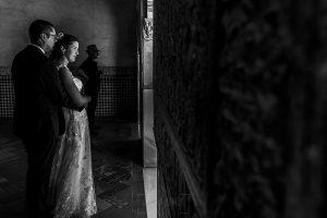 Boda en Granada de Marta y Mauricio realizada por Johnny García, fotógrafo de bodas en Granada, un retrtato de la pareja en una estancia de la Alambra