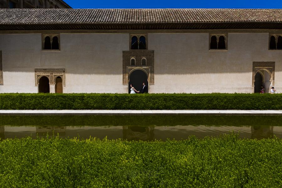Boda en Granada de Marta y Mauricio realizada por Johnny García, fotógrafo de bodas en Granada, los recien casados pasean por la Alhambra