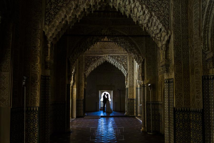 Boda en Granada de Marta y Mauricio realizada por Johnny García, fotógrafo de bodas en Granada, una fotografía de la pareja en el interior de los palacios Nazaríes