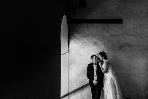Boda en Granada de Marta y Mauricio realizada por Johnny García, fotógrafo de bodas en Granada, la pareja saliendo de las estancias de los Palacios Nazaríes de la Alhambra