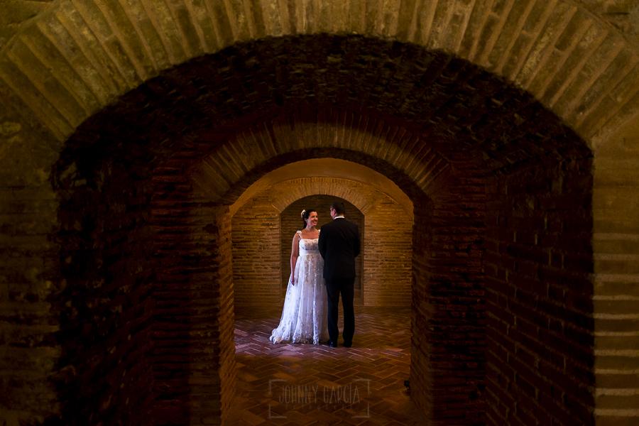 Boda en Granada de Marta y Mauricio realizada por Johnny García, fotógrafo de bodas en Granada, los novios en el interior de la Alhambra de Granada