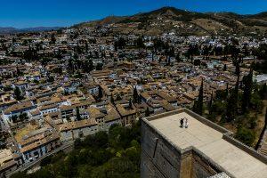 Boda en Granada de Marta y Mauricio realizada por Johnny García, fotógrafo de bodas en Granada, Marta y Mauricio en lo alto de una de las torres de la Alhambra de Granada