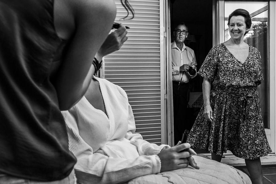 Boda en Granada de Marta y Mauricio realizada por Johnny García, fotógrafo de bodas en Granada, los padres de Marta llegan a casa