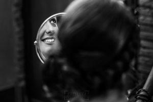Boda en Granada de Marta y Mauricio realizada por Johnny García, fotógrafo de bodas en Granada, un reflejo en un espejo de Marta en los preparativos