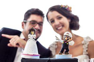 Boda en Granada de Marta y Mauricio realizada por Johnny García, fotógrafo de bodas en Granada, los muñecos de la tarta de bodas eran Super Mario y la Princesa Peach y van vestidos tal y como iban Marta y Mauricio