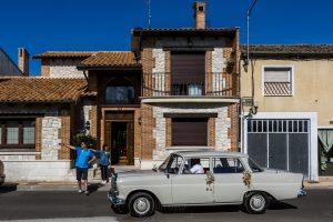 Boda en Íscar, Valladolid, de Marta y Oliver realizada por Johnny Garcia, fotógrafo de bodas en Valladolid, llega el coche antiguo a recoger a la novia