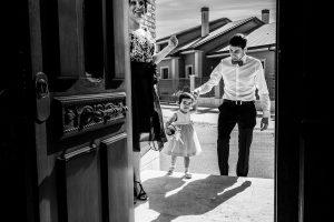 Boda en Íscar, Valladolid, de Marta y Oliver realizada por Johnny Garcia, fotógrafo de bodas en Valladolid, llega la sobrina de Marta a casa