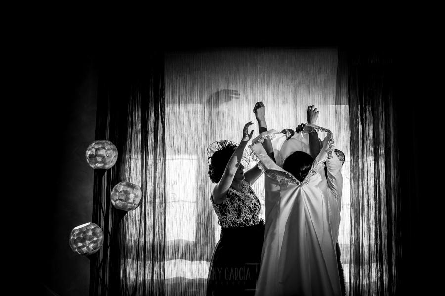 Boda en Íscar, Valladolid, de Marta y Oliver realizada por Johnny Garcia, fotógrafo de bodas en Valladolid, Marta se comienza a vestir