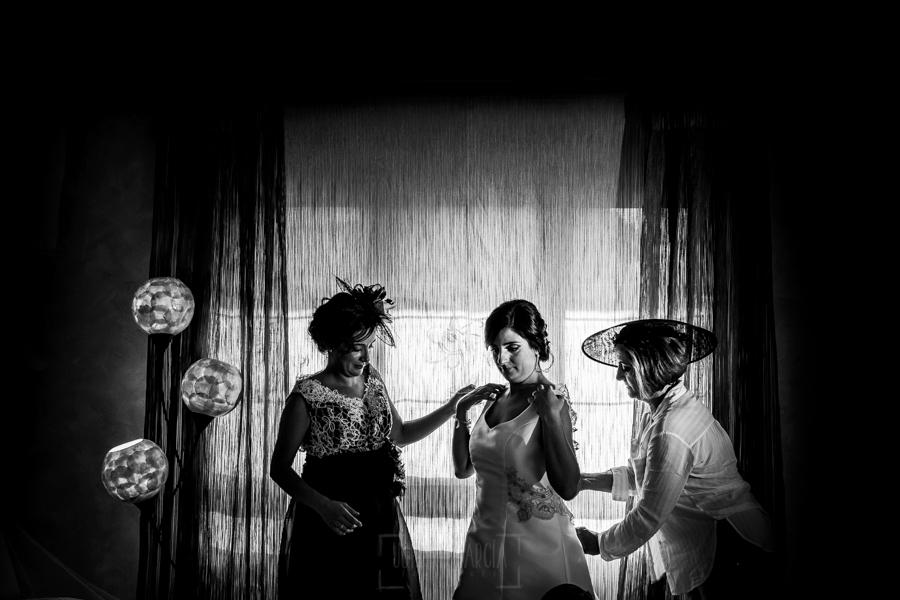 Boda en Íscar, Valladolid, de Marta y Oliver realizada por Johnny Garcia, fotógrafo de bodas en Valladolid, la hermana y la madre de Marta la ayudan a vestirse