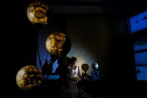 Boda en Íscar, Valladolid, de Marta y Oliver realizada por Johnny Garcia, fotógrafo de bodas en Valladolid, Marta ya vestida en el interior de su casa