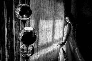 Boda en Íscar, Valladolid, de Marta y Oliver realizada por Johnny Garcia, fotógrafo de bodas en Valladolid, Marta junto a la ventana