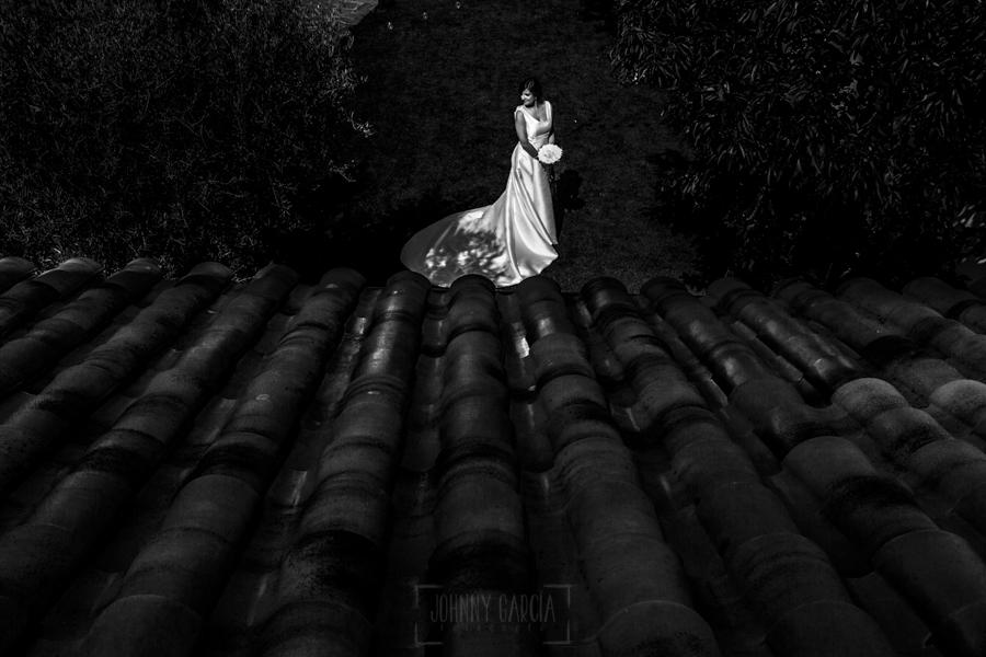 Boda en Íscar, Valladolid, de Marta y Oliver realizada por Johnny Garcia, fotógrafo de bodas en Valladolid, Marta en el jardin