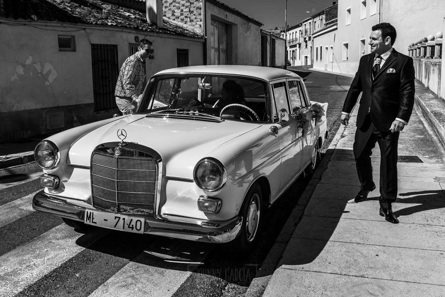Boda en Íscar, Valladolid, de Marta y Oliver realizada por Johnny Garcia, fotógrafo de bodas en Valladolid, Oliver saluda a los amigos que esperan a la puerta de la iglesia
