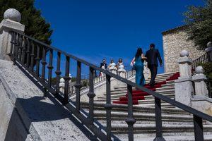 Boda en Íscar, Valladolid, de Marta y Oliver realizada por Johnny Garcia, fotógrafo de bodas en Valladolid, Oliver del brazo de su hermana
