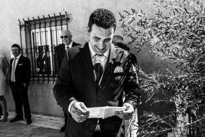 Boda en Íscar, Valladolid, de Marta y Oliver realizada por Johnny Garcia, fotógrafo de bodas en Valladolid, Oliver lee una carta de Marta