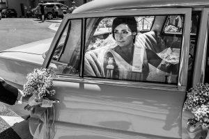 Boda en Íscar, Valladolid, de Marta y Oliver realizada por Johnny Garcia, fotógrafo de bodas en Valladolid, llega Marta a la iglesia