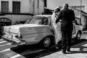 Boda en Íscar, Valladolid, de Marta y Oliver realizada por Johnny Garcia, fotógrafo de bodas en Valladolid, Marta bajando del coche antiguo