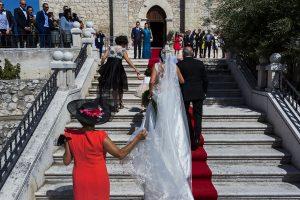 Boda en Íscar, Valladolid, de Marta y Oliver realizada por Johnny Garcia, fotógrafo de bodas en Valladolid, la novia sube las escaleras camino de la iglesia