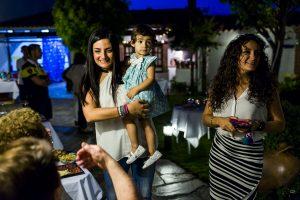Boda en Íscar, Valladolid, de Marta y Oliver realizada por Johnny Garcia, fotógrafo de bodas en Valladolid, Marta con su sobrina