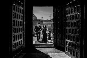Boda en Íscar, Valladolid, de Marta y Oliver realizada por Johnny Garcia, fotógrafo de bodas en Valladolid, Oliver del brazo de su hermana entrando a la iglesia