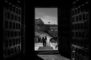 Boda en Íscar, Valladolid, de Marta y Oliver realizada por Johnny Garcia, fotógrafo de bodas en Valladolid, Marta entrando a la iglesia del brazo de su padre