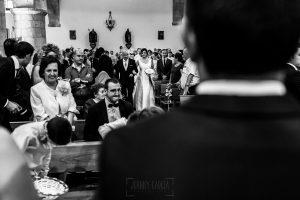 Boda en Íscar, Valladolid, de Marta y Oliver realizada por Johnny Garcia, fotógrafo de bodas en Valladolid, MArta por el pasillo de la iglesia camino del altar