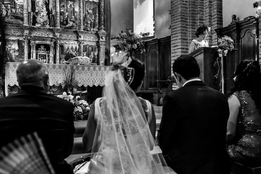 Boda en Íscar, Valladolid, de Marta y Oliver realizada por Johnny Garcia, fotógrafo de bodas en Valladolid, una de las hermanas de marta hace una lectura