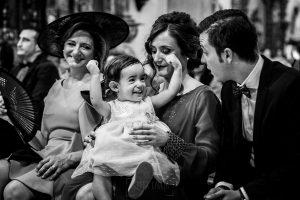 Boda en Íscar, Valladolid, de Marta y Oliver realizada por Johnny Garcia, fotógrafo de bodas en Valladolid, la sobrina de Marta riendo en la iglesia