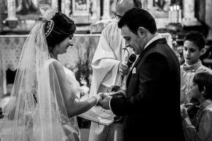 Boda en Íscar, Valladolid, de Marta y Oliver realizada por Johnny Garcia, fotógrafo de bodas en Valladolid, los novios se intercambian los anillos