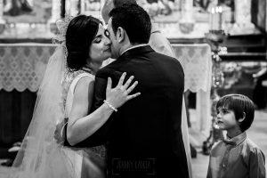"""Boda en Íscar, Valladolid, de Marta y Oliver realizada por Johnny Garcia, fotógrafo de bodas en Valladolid, los novios se besan después del """"si, quiero"""""""