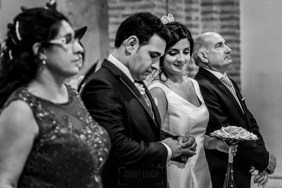 Boda en Íscar, Valladolid, de Marta y Oliver realizada por Johnny Garcia, fotógrafo de bodas en Valladolid, Oliver mira el anillo ya en su mano