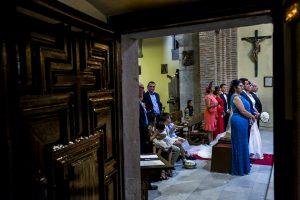 Boda en Íscar, Valladolid, de Marta y Oliver realizada por Johnny Garcia, fotógrafo de bodas en Valladolid, los novios en el altar desde la sacristía