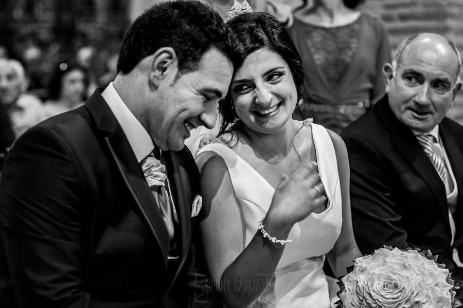 Boda en Íscar, Valladolid, de Marta y Oliver realizada por Johnny Garcia, fotógrafo de bodas en Valladolid, Oliver y Marta ríen en un momento de la ceremonia
