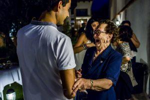 Boda en Íscar, Valladolid, de Marta y Oliver realizada por Johnny Garcia, fotógrafo de bodas en Valladolid, la abuela de Marta llega a la pedida