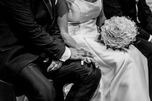 Boda en Íscar, Valladolid, de Marta y Oliver realizada por Johnny Garcia, fotógrafo de bodas en Valladolid, un detalle de las manos de los novios