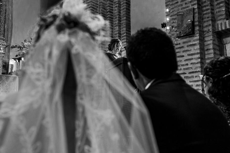 Boda en Íscar, Valladolid, de Marta y Oliver realizada por Johnny Garcia, fotógrafo de bodas en Valladolid, la otra hermana de Marta lee