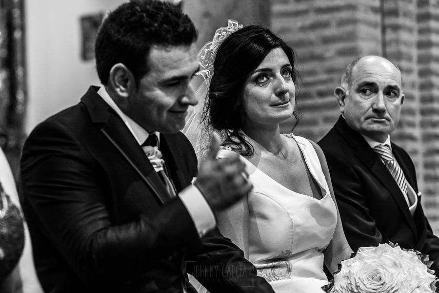 Boda en Íscar, Valladolid, de Marta y Oliver realizada por Johnny Garcia, fotógrafo de bodas en Valladolid, los novios emocionados y con lagrimas en los ojos al escuchar las palabras de su hermana
