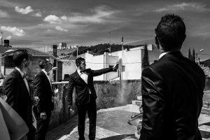 Boda en Íscar, Valladolid, de Marta y Oliver realizada por Johnny Garcia, fotógrafo de bodas en Valladolid, los amigos de los novios celebran con cohetes la salida de los recién casados
