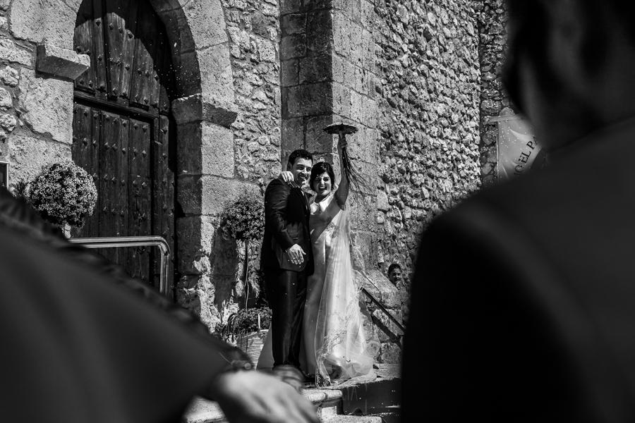 Boda en Íscar, Valladolid, de Marta y Oliver realizada por Johnny Garcia, fotógrafo de bodas en Valladolid, los novios saliendo de la iglesia y saludando a todos los invitados