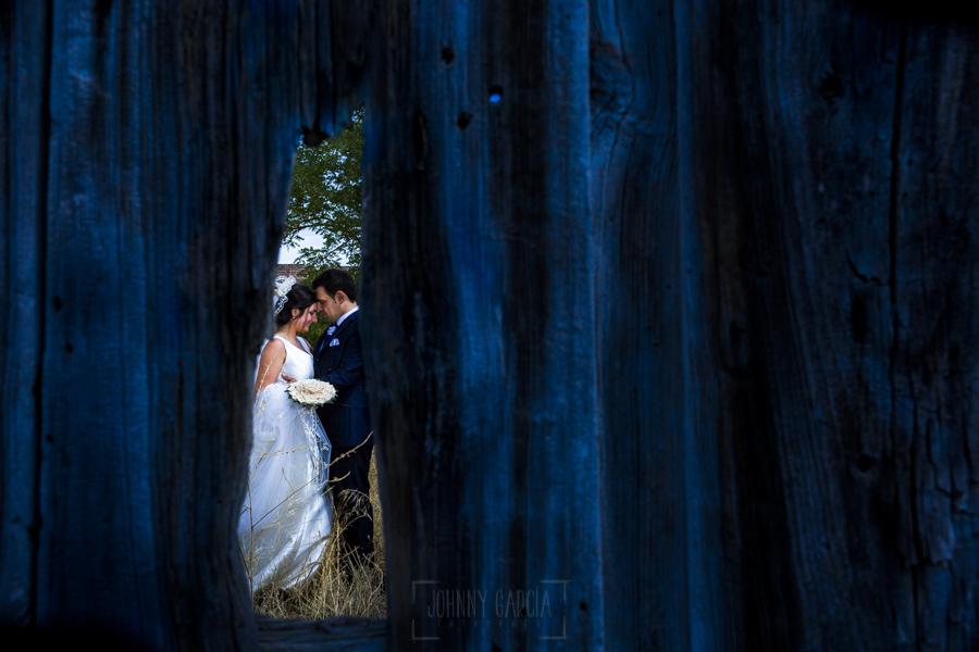 Boda en Íscar, Valladolid, de Marta y Oliver realizada por Johnny Garcia, fotógrafo de bodas en Valladolid, un retrato de la pareja en el exterior