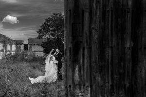 Boda en Íscar, Valladolid, de Marta y Oliver realizada por Johnny Garcia, fotógrafo de bodas en Valladolid, un retrato de los novios en la sesión de pareja