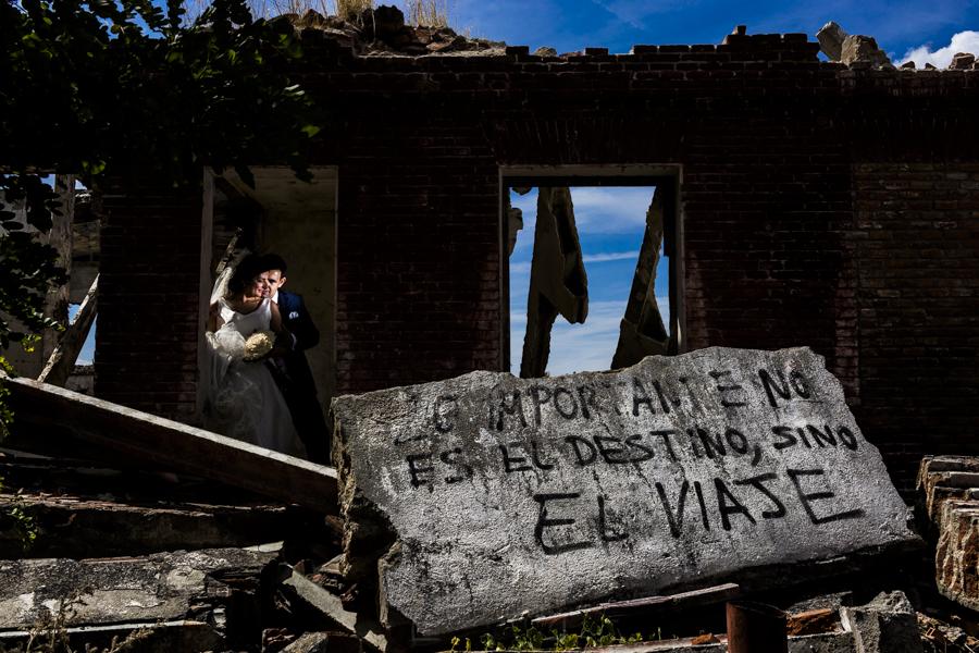 Boda en Íscar, Valladolid, de Marta y Oliver realizada por Johnny Garcia, fotógrafo de bodas en Valladolid, una foto de los novios en unas ruinas