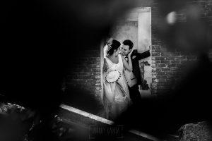 Boda en Íscar, Valladolid, de Marta y Oliver realizada por Johnny Garcia, fotógrafo de bodas en Valladolid, los novios se miran