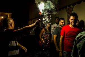 Boda en Íscar, Valladolid, de Marta y Oliver realizada por Johnny Garcia, fotógrafo de bodas en Valladolid, los amigos acompañan a Oliver en la noche de pedida
