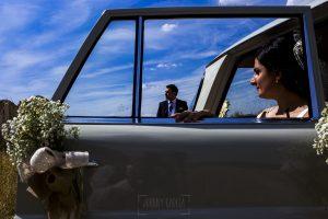 Boda en Íscar, Valladolid, de Marta y Oliver realizada por Johnny Garcia, fotógrafo de bodas en Valladolid, Marta saliendo del coche, al fondo Oliver