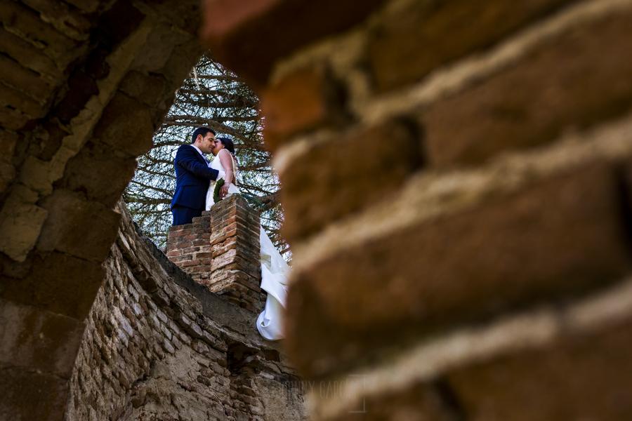 Boda en Íscar, Valladolid, de Marta y Oliver realizada por Johnny Garcia, fotógrafo de bodas en Valladolid, la pareja en lo alto de una pequeña torre