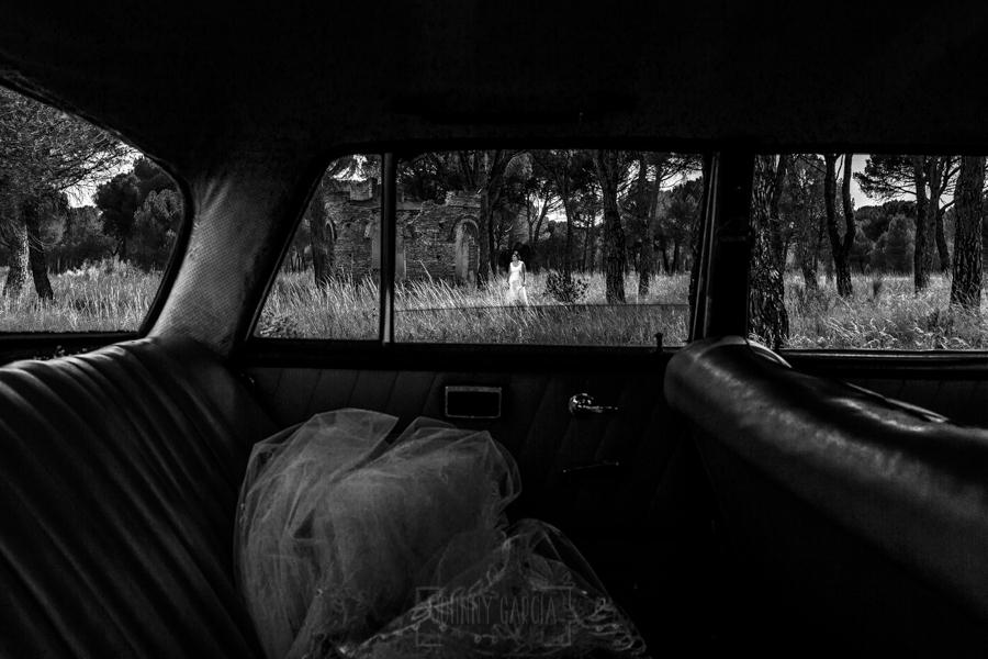 Boda en Íscar, Valladolid, de Marta y Oliver realizada por Johnny Garcia, fotógrafo de bodas en Valladolid, Marta vista a través de la ventanilla del coche